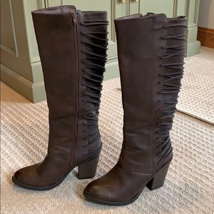 Brown heeled knee-boots.